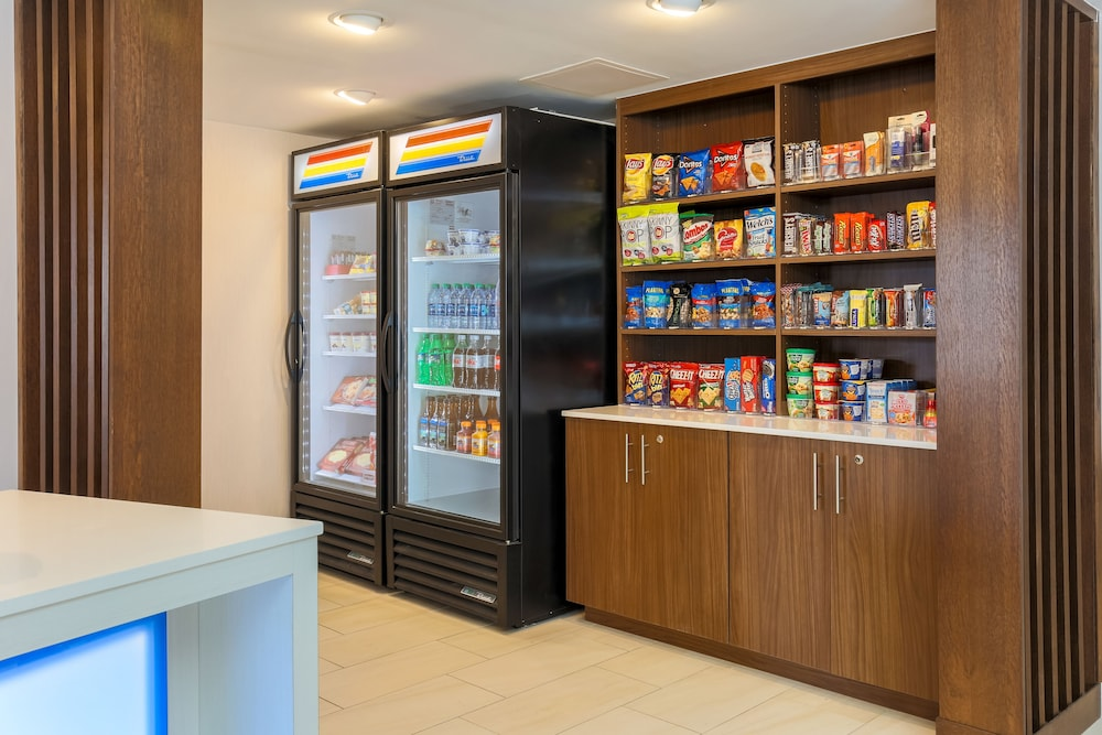 Snack Bar, Holiday Inn Express Milwaukee-West Medical Center