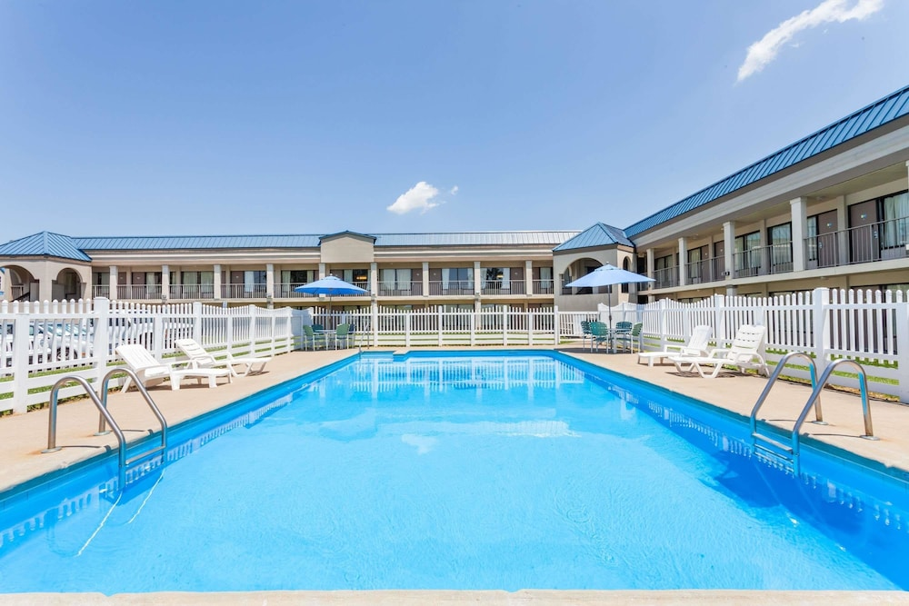 Pool, Days Inn by Wyndham Owensboro