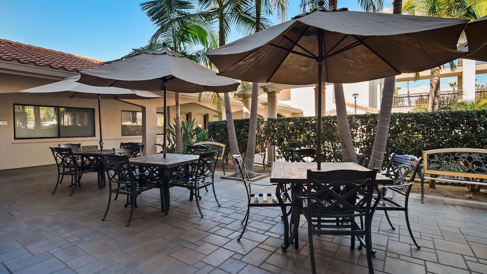 Outdoor Dining, Best Western Plus Orange County Airport North