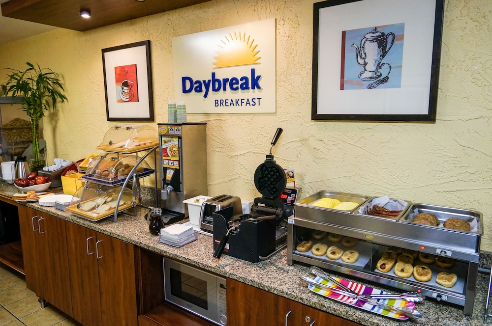 Breakfast Area, Days Inn by Wyndham Denton