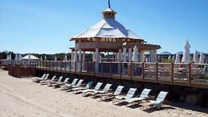 Plage privée, parasols, serviettes de plage, bar de plage