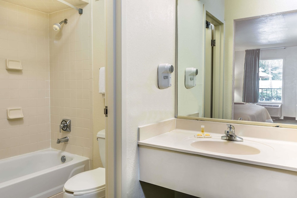 Bathroom, Days Inn by Wyndham Lake Park/Valdosta