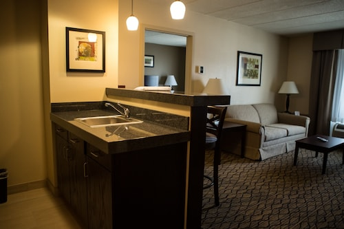 Holiday Inn Express & Suites Milford