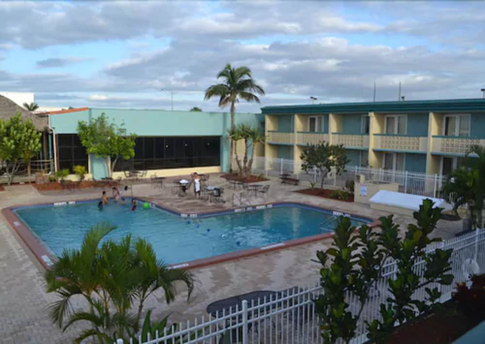 Outdoor Pool, Punta Gorda Waterfront Hotel and Suites