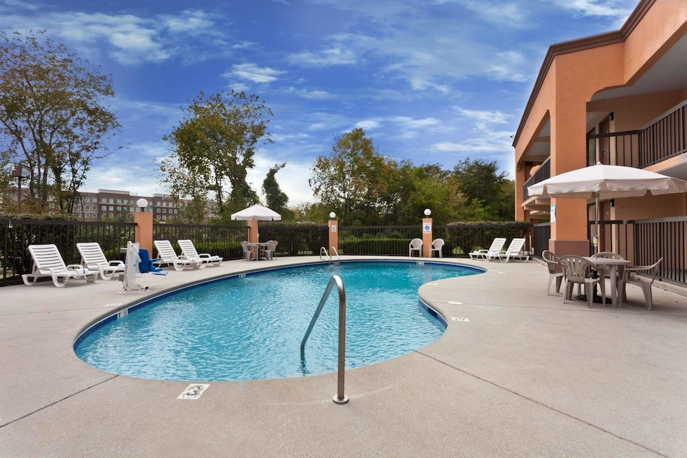 Pool, Super 8 by Wyndham Knoxville West/Farragut