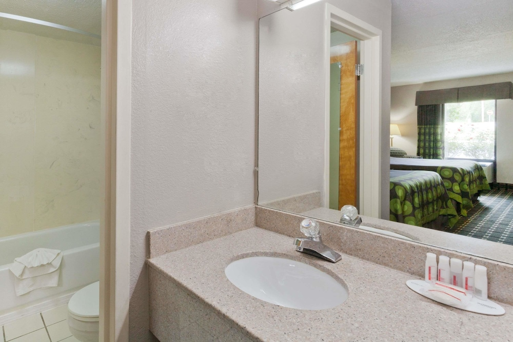 Bathroom, Super 8 by Wyndham Knoxville West/Farragut
