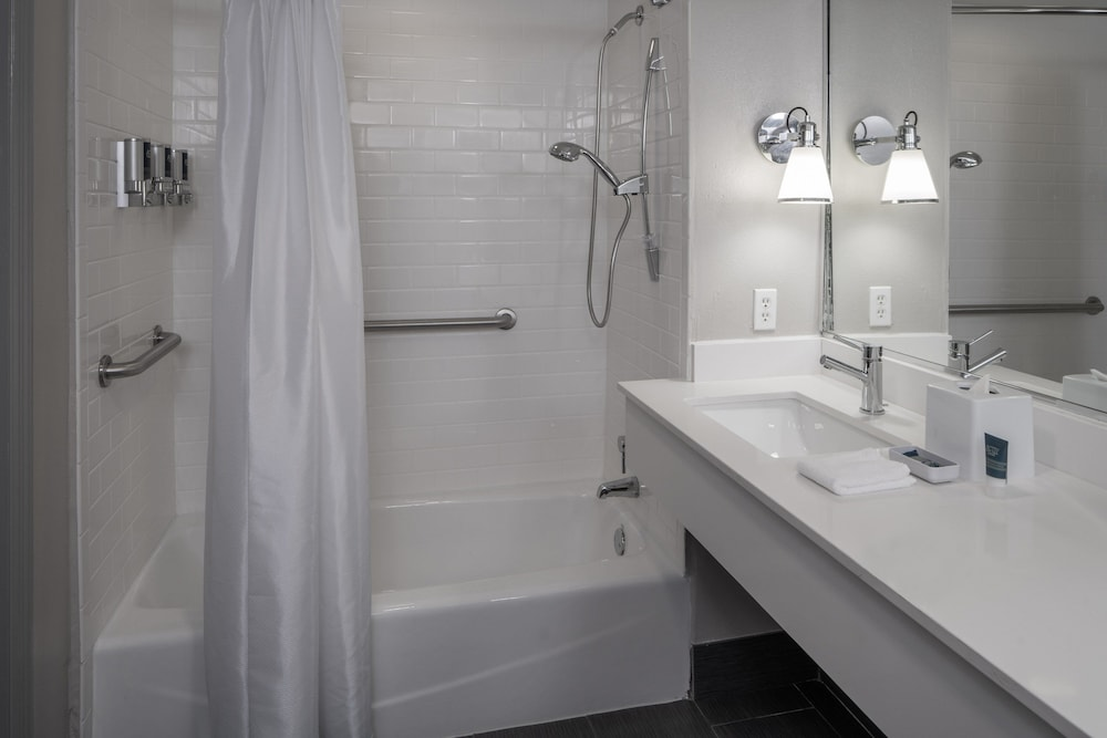 Bathroom, Four Points by Sheraton Orlando International Drive