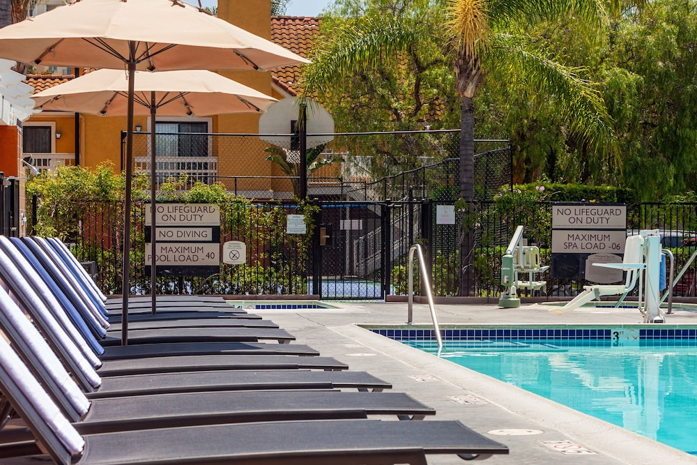 Outdoor Pool, Clementine Hotel & Suites Anaheim