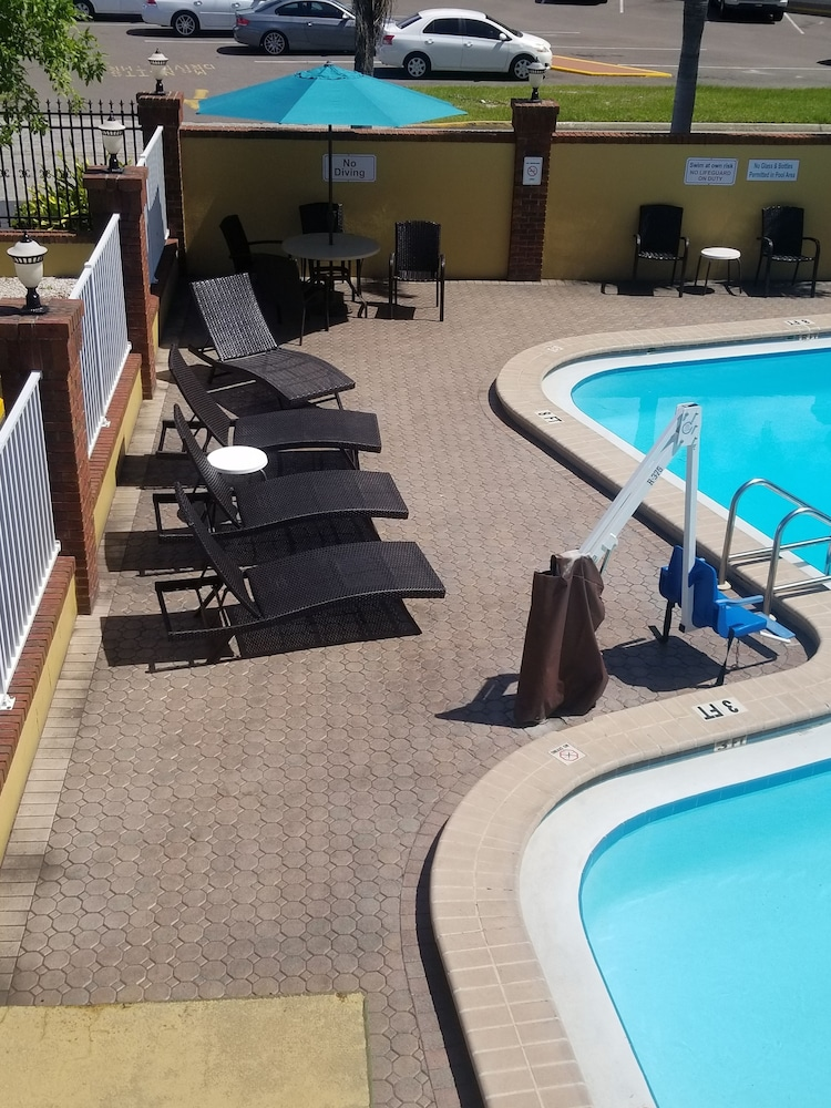 Outdoor Pool, Quality Inn Airport - Cruise Port