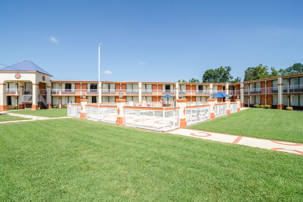 Rodeway Inn & Suites in Greensboro   Hotel Rates & Reviews on Orbitz