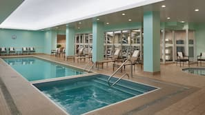 Una piscina cubierta (de 6:00 a 23:00), tumbonas