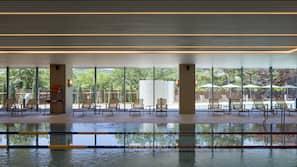 실내 수영장, 시즌별로 운영되는 야외 수영장, 09:30 ~ 18:00 오픈, 카바나(요금 별도), 일광욕 의자