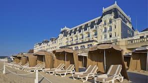 Plage, parasols, bar de plage