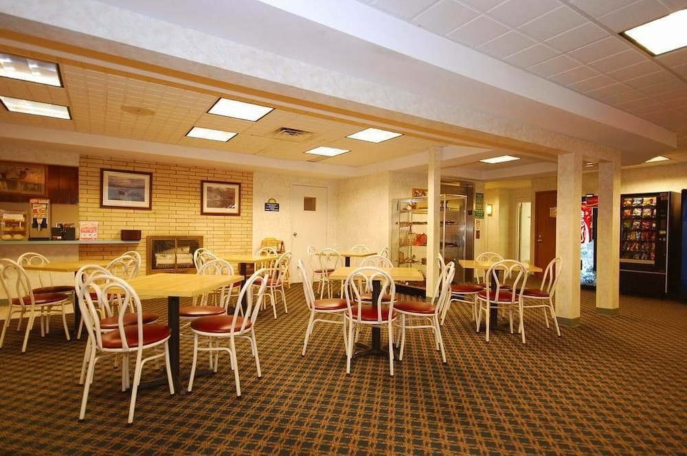 Dining, Days Inn by Wyndham Marquette