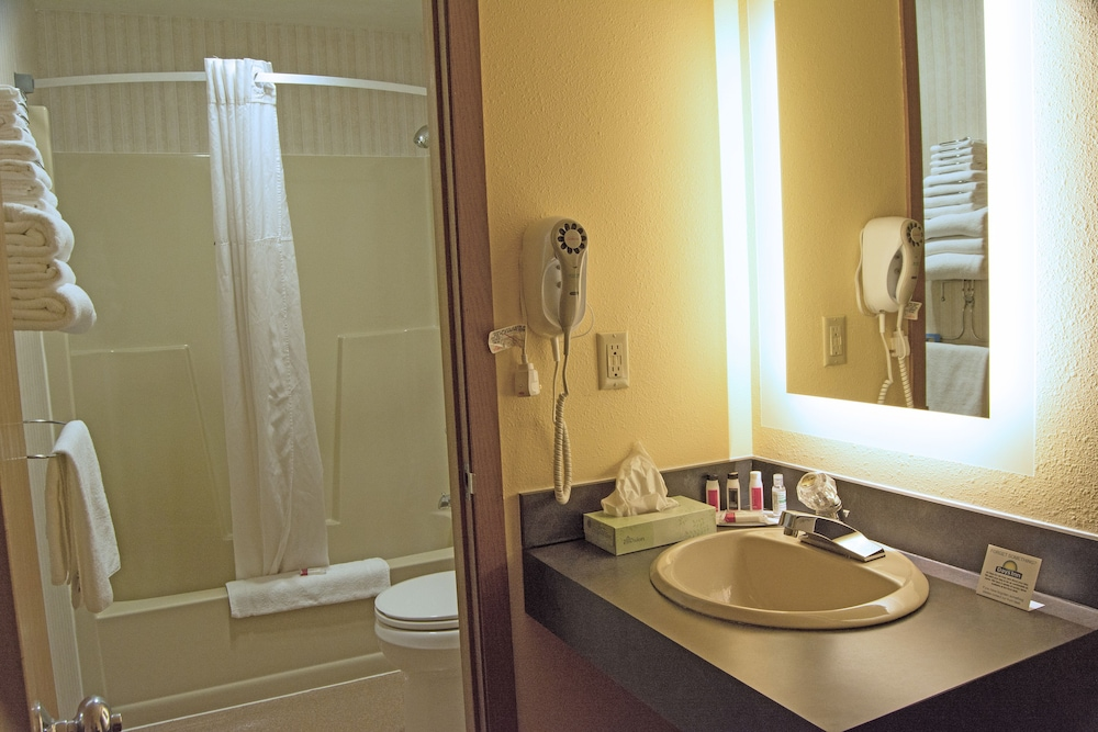 Bathroom, Days Inn by Wyndham Marquette