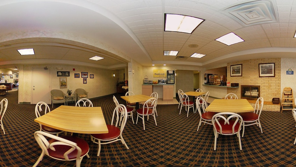 Breakfast Area, Days Inn by Wyndham Marquette