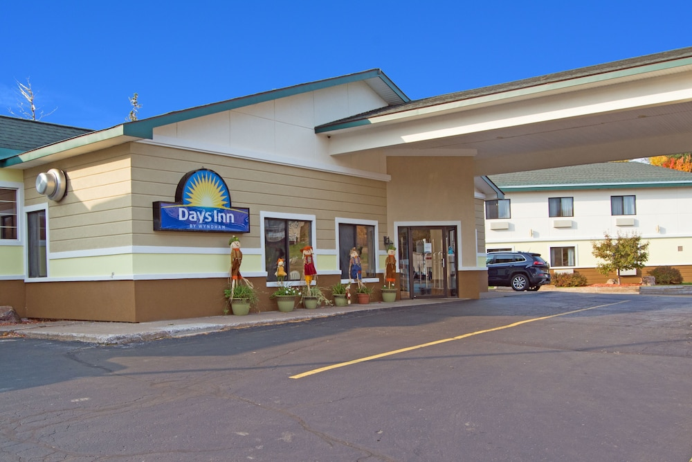 Front of Property, Days Inn by Wyndham Marquette