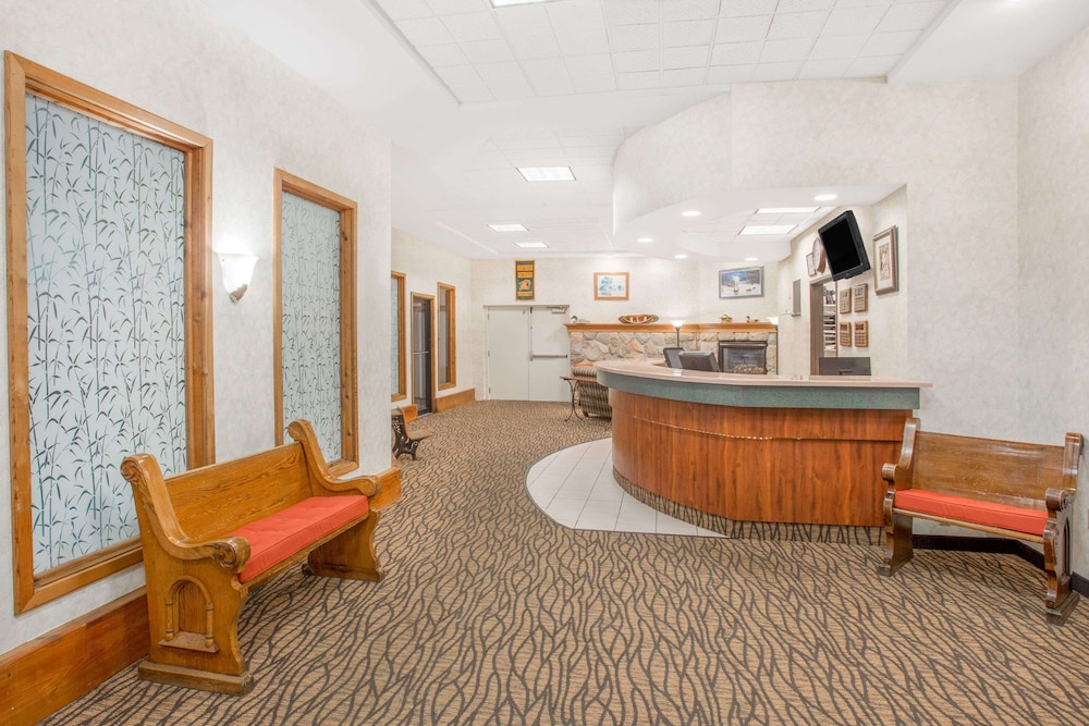 Lobby, Days Inn by Wyndham Marquette