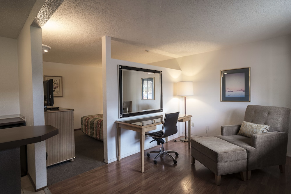 Living Area, Seatac Inn and Airport Parking