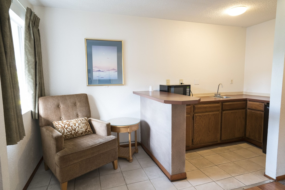Private Kitchenette, Seatac Inn and Airport Parking
