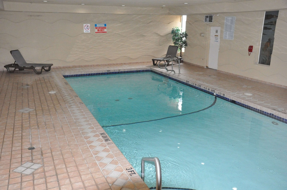 Pool, Ramada by Wyndham Abbotsford