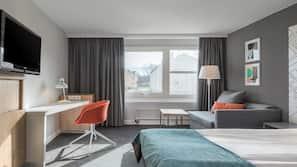 Skrivbord, strykjärn/strykbräda och sängkläder