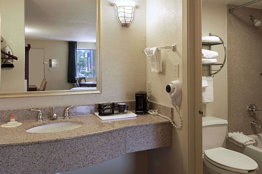 Bathroom, Days Inn by Wyndham Memphis at Graceland