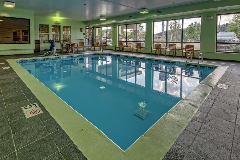 Pool, Hampton Inn Ashland