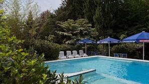 2 piscines couvertes, piscine extérieure, parasols de plage