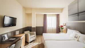 Een minibar, een kluis op de kamer, een bureau, verduisterende gordijnen