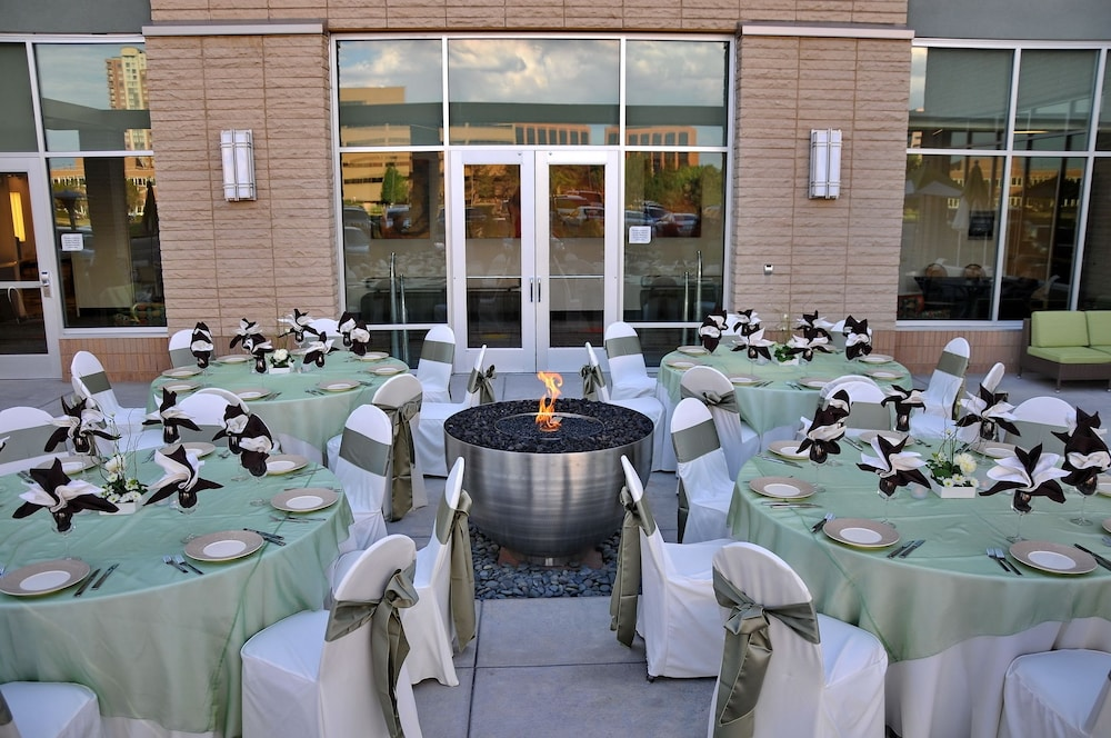 Outdoor Wedding Area, Hilton Garden Inn Denver/Cherry Creek