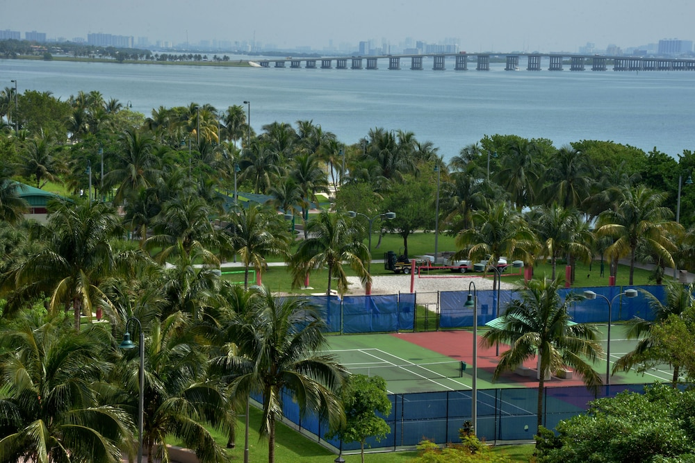 Tennis Court, DoubleTree by Hilton Grand Hotel Biscayne Bay