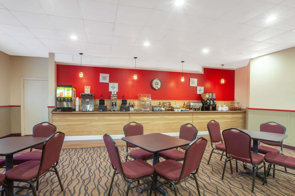 Breakfast Area, Ramada by Wyndham Titusville/Kennedy Space Center