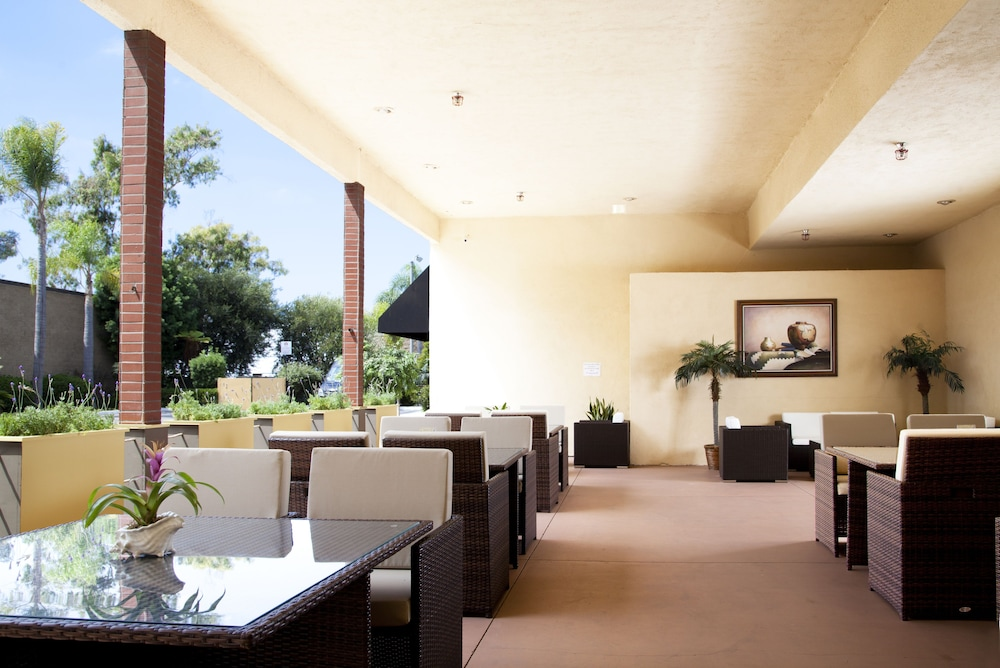 Terrace/Patio, Redac Gateway Hotel In Torrance
