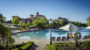 2 개의 실내 수영장, 시즌별로 운영되는 야외 수영장, 카바나(요금 별도)