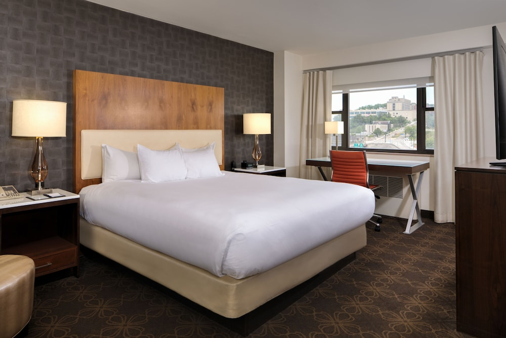 Room, DoubleTree by Hilton Hotel & Suites Pittsburgh Downtown