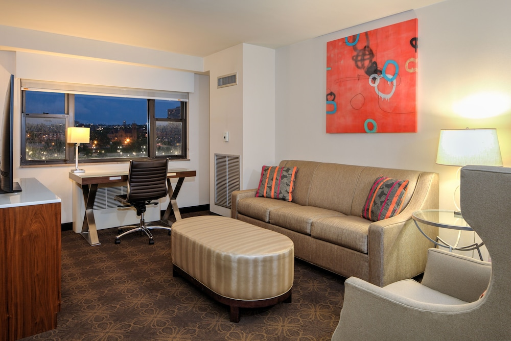 Living Room, DoubleTree by Hilton Hotel & Suites Pittsburgh Downtown