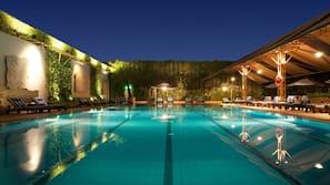 室外泳池;06:00 至 23:00 開放;躺椅