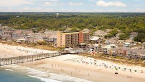 Rannalla, valkoista hiekkaa, rantabaari