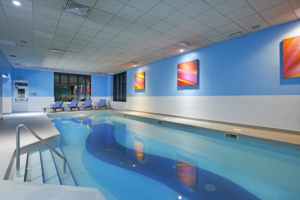Hilton london stansted airport hotel deals reviews stansted united kingdom wotif for Swimming pools in bishops stortford