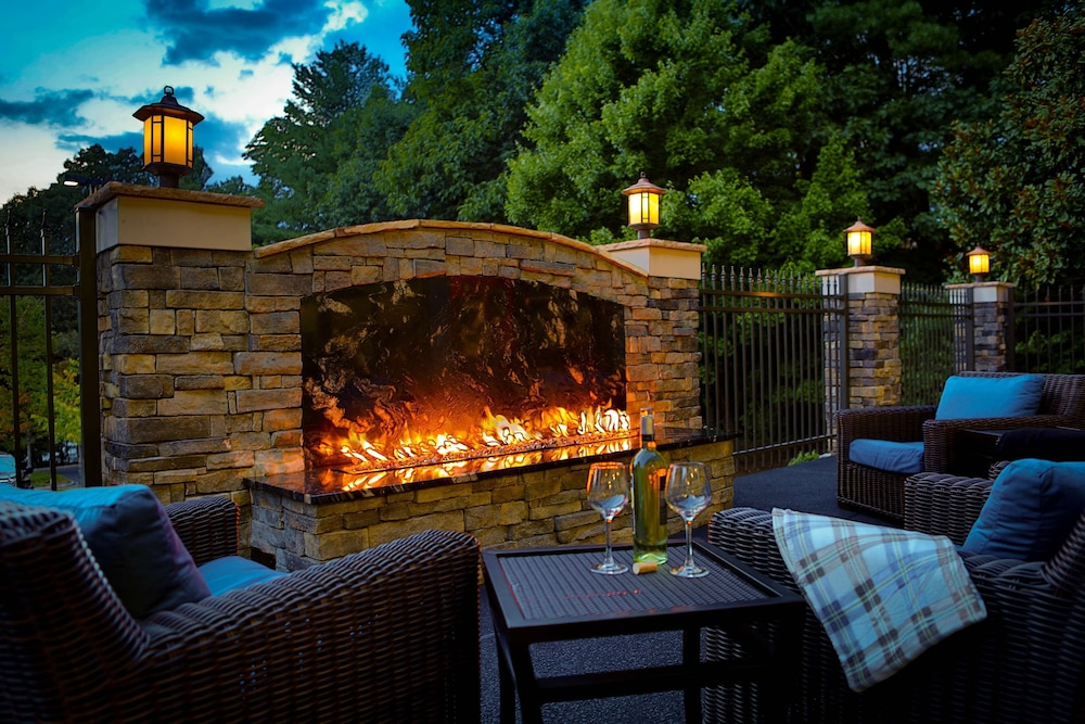 Terrace/Patio, Hampton Inn Asheville-Tunnel Rd.