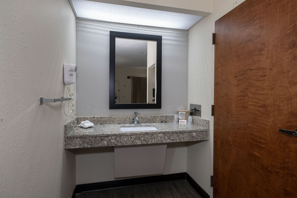 Accessible bathroom, Red Roof Inn Prattville