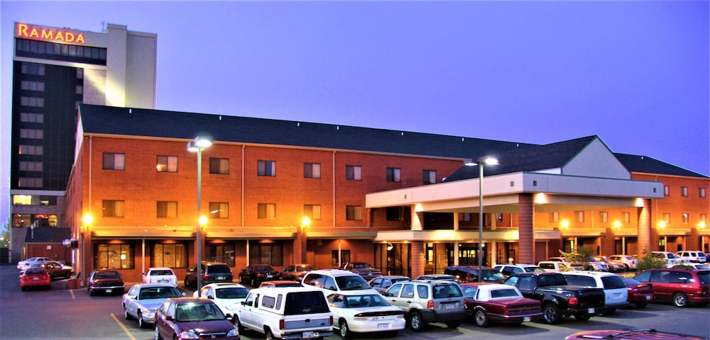 Front of Property - Evening/Night, Ramada Hotel & Convention Center by Wyndham Topeka Downtown