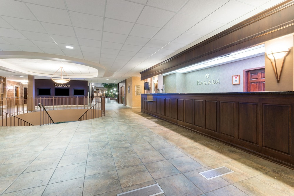Lobby, Ramada Hotel & Convention Center by Wyndham Topeka Downtown