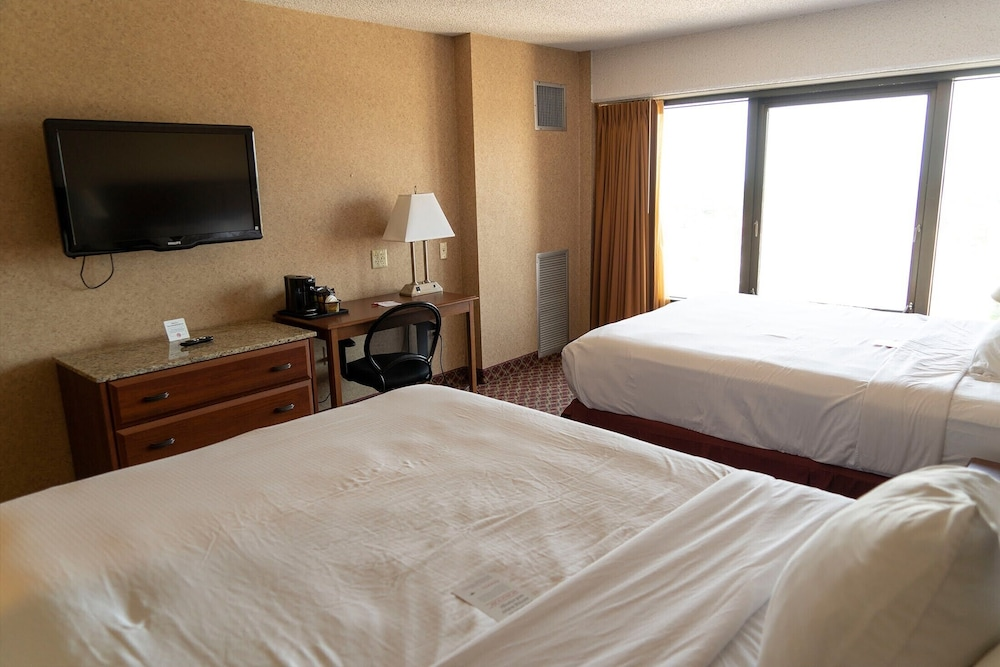 Room, Ramada Hotel & Convention Center by Wyndham Topeka Downtown