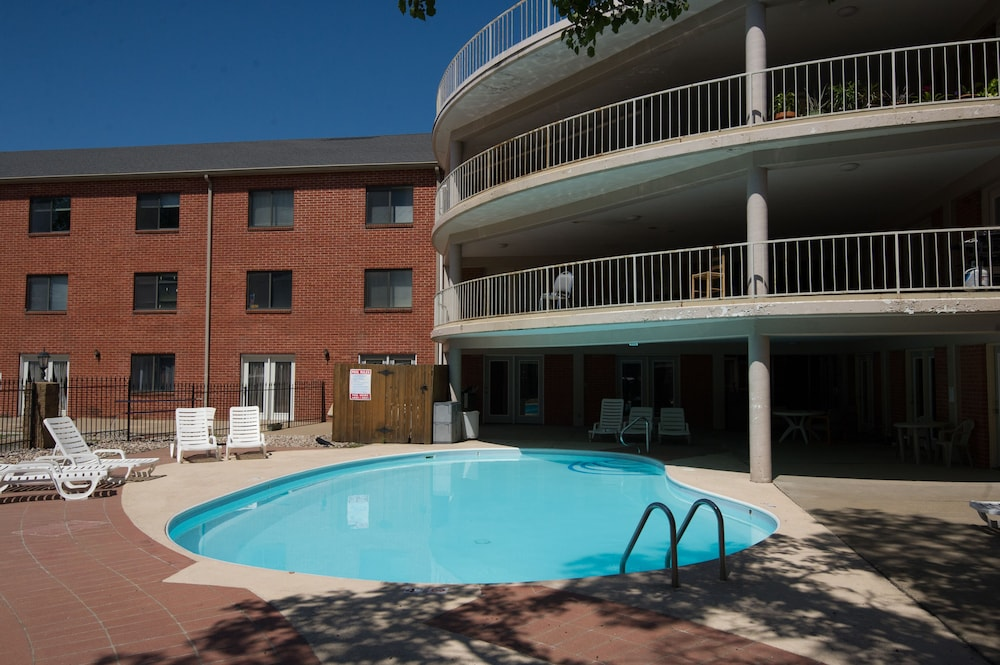 Outdoor Pool, Ramada Hotel & Convention Center by Wyndham Topeka Downtown