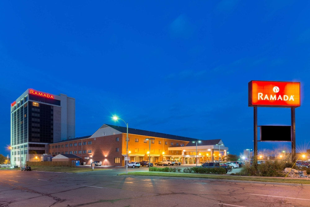 Exterior, Ramada Hotel & Convention Center by Wyndham Topeka Downtown