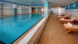 Una piscina cubierta (de 8:00 a 22:00), tumbonas