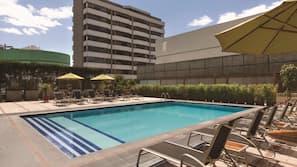 Una piscina al aire libre (de 6:00 a 22:00), sombrillas