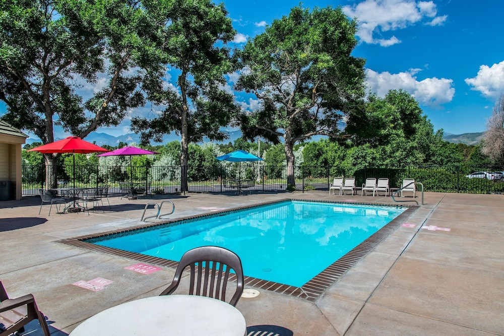 Pool, Quality Inn and Suites Garden of the Gods